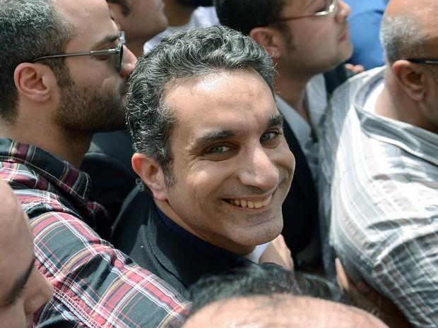 Humorista egípcio e apresentador de TV Bassem Youssef em frente ao escritório do Tribunal do Cairo no último domingo (31) no Egito (Foto: AFP PHOTO / KHALED DESOUKI)