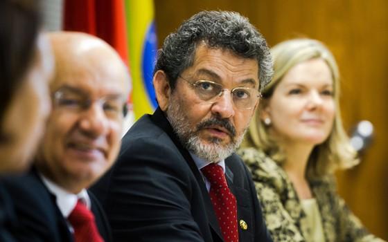 Paulo Rocha (ao centro), líder do PT no Senado. Ao fundo, a senadora Gleisi Hoffmann (Foto: Marcelo Camargo/Agência Brasil)