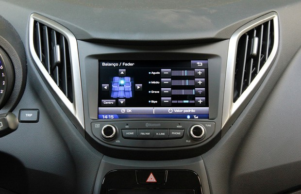 Teste de Central Multimídia Hyundai HB20: ajuste de balanço (Foto: Alexandre Zanardo/ Autoesporte)
