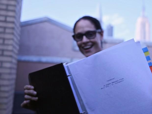 Sônia Braga lê o roteiro de 'Aquarius', novo filme de Kleber Mendonça Filho (Foto: Divulgação)
