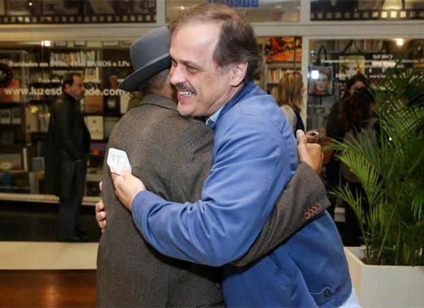 Antonio Pitanga ganha o abraço carinhoso de Guilherme Fontes (Foto: Roberto Filho/Brazil News)
