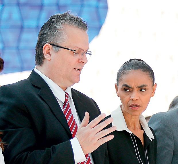 CORRERIA Fábio Vaz de Lima com Marina Silva. Ele diz que viajou às pressas para  a reunião que aprovou a despesa (Foto: Pedro Ladeira/Folhapress)