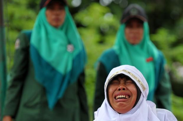 Dos 14 jovens, 13 foram punidos com chibatadas em praça pública (Foto: Chaideer Mahyuddin/AFP)