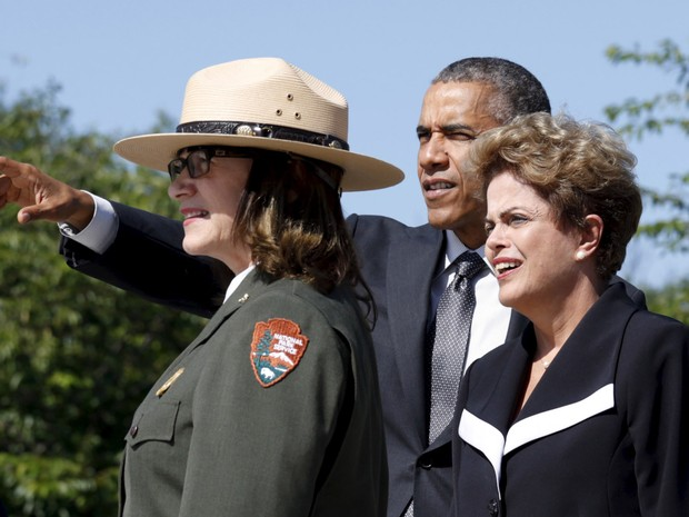 A presidente Dilma Rousseff durante visita no Memorial Martin Luther King Jr. com presidente dos EUA, Barack Obama, e uma guarda florestal em Washington (Foto: Kevin Lamarque/Reuters)