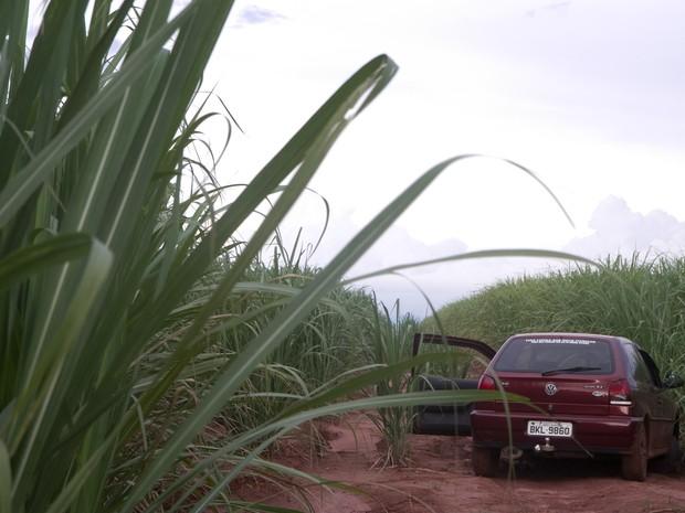 Corpo foi encontrado dentro de carro por funcionário de usina em Araraquara (Foto: Marcos Leandro/ Tribuna Araraquara)