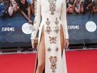Sem calcinha? Kendall Jenner usa vestido mega decotado em premiação