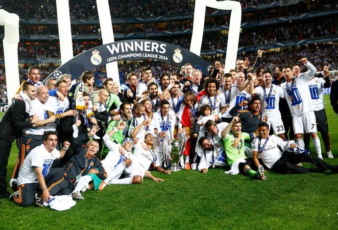 Casillas real madrid ergue o troféu da liga dos campeões (Foto: Agência Reuters)