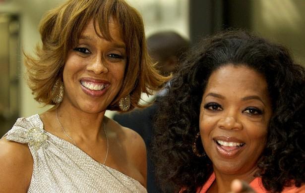 A amizade ferrenha e duradoura de Oprah Winfrey (à dir.) e Gayle King já fizeram as duas se cansarem, há muito tempo, dos rumores de que seriam um casal. (Foto: Getty Images)