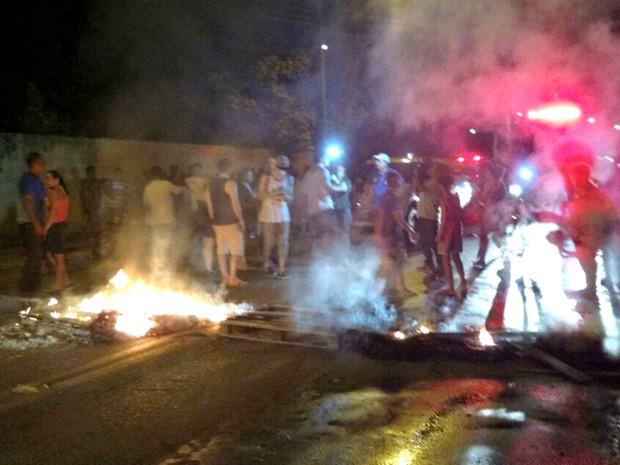 Moradores atearam fogo em pneus e pedaços de madeira (Foto: Walcimar Júnior/Arquivo Pessoal)