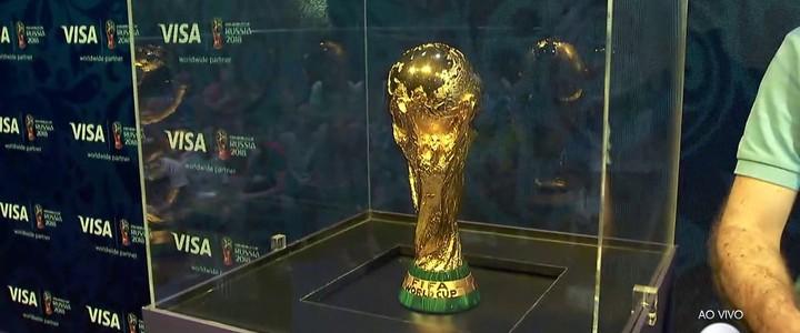 Taça da Copa do Mundo chega ao Brasil para exposição em SP