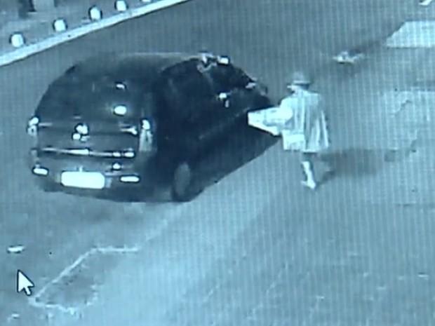 Homem com só uma perna é flagrado furtando gavetas de caixa de supermercado em Goiânia (Foto: Reprodução/TV Anhanguera)