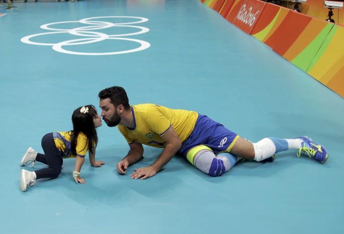 William vôlei com a filha (Foto: REUTERS/Ricardo Moraes)