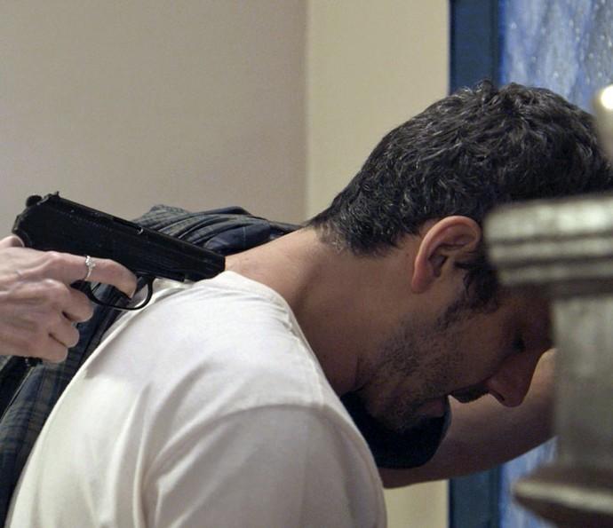 Romero é pego fugindo (Foto: TV Globo)