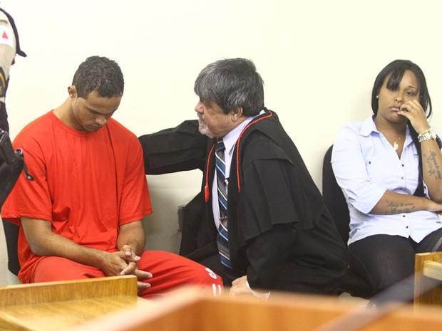 O advogado de Bruno, Lúcio Adolfo, conversa com seu cliente ao lado de Dayanne, a ex-mulher do goleiro (Foto: Maurício Vieira/G1)