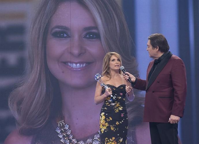 Cláudia Abreu recebe prêmio do Melhores do Ano, em 2014, das mãos de Faustão (Foto: Alex Carvalho / TV Globo)
