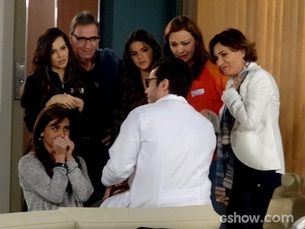 Felipe dá a notícia do transplante de Cadu para Clara e família (Foto: Em Família / TV Globo)