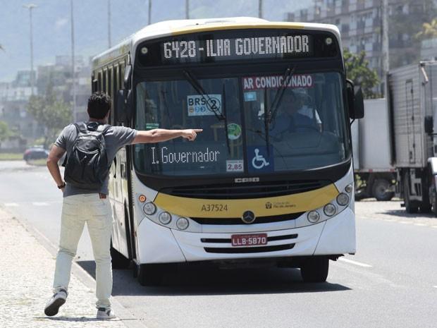 Desesperado para encontrar Morena, Théo pega um ônibus (Foto: Salve Jorge / TV Globo)