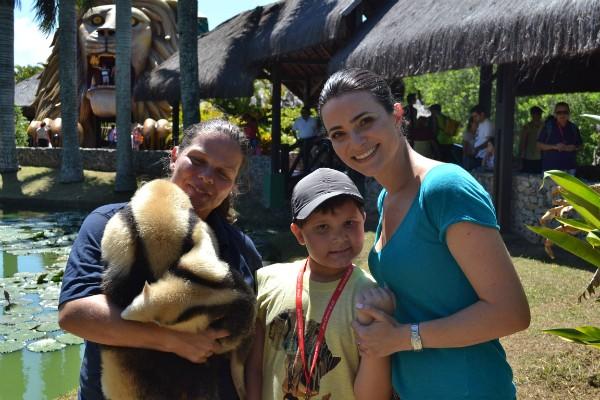 A bióloga do parque e a repórter Bianca Ingletto levam Thor para conhecer o filhote de tamanduá (Foto: Rafael Guenther/Divulgação)