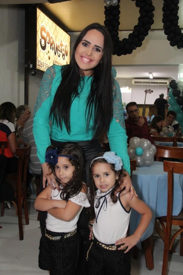 Perlla posa com as filhas Pietra e Pérola (Foto: Wallace Barbosa/AgNews)