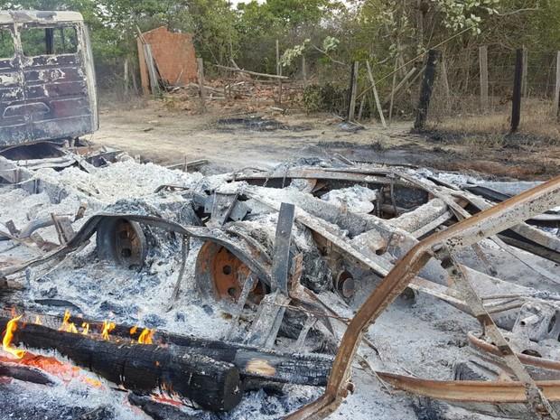 Caminhões que transportavam madeira ilegalmente foram destrídos na operação (Foto: Divulgação/PRF)