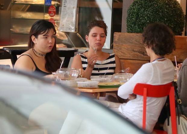 Bruna Linzmeyer com amigas (Foto: Agnews)