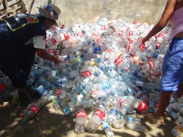 Catadores trabalham sem EPIs na separação do lixo. (Foto: Carolina Sanches/G1)