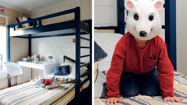 O azul-marinho da cama deu caráter masculino ao quarto. O móvel tem desenho da arquiteta e execução da Marcenaria ACP, assim como o lambri, com desenhos vertical e horizontal, e a mesa de estudos. As luminárias são da Lustreco, e cachorrinho sobre a cama, (Foto: Marcelo Magnani)