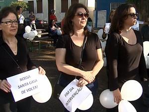 Médicos da Santa Casa com salários atrasados fazem passeata em protesto