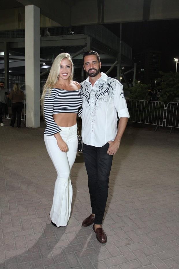 Latino e a namorada (Foto: Thyago Andrade/Brazil News)