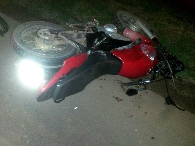 Motocicleta colidiu contra poste no canteiro central da Rodovia JK (Foto: BPRE/Divulgação)