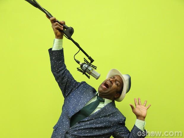 Aílton se diverte com microfone em ensaio (Foto: Carol Caminha/TV Globo)
