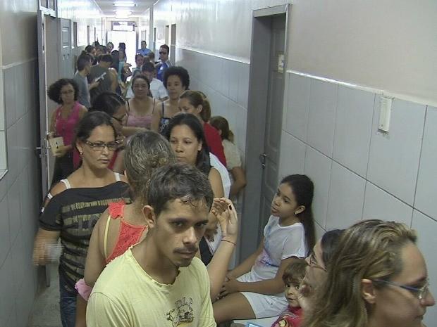 Posto atendeu a população neste domingo após o surto de sarampo (Foto: TV Verdes Mares/Reprodução)