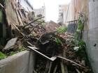 Estrutura de casa desaba e homem fica soterrado em Santos, SP