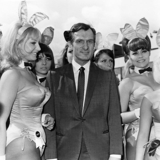 Hugh Hefner chegando no Aeroporto de Londres com coelhinhas da Playboy (Foto: getty images)