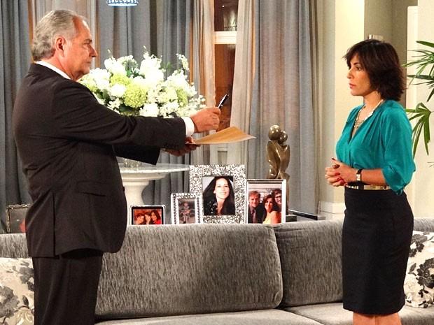 Roberta é pressionada a assinar o falso contrato (Foto: Guerra dos Sexos / TV Globo)