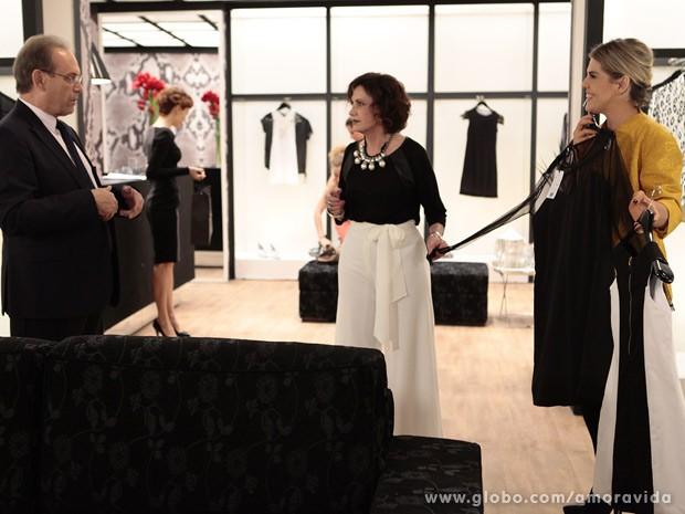 Tamara e Edith mostram um modelo de vestido ao médico (Foto: Pedro Curi/TV Globo)