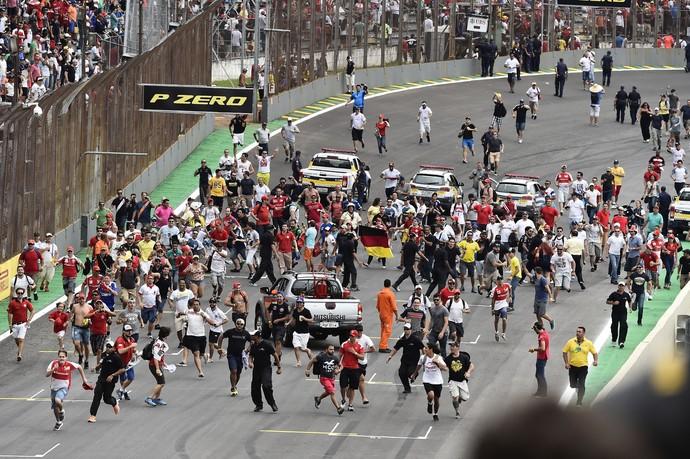 Centenas de torcedores invadiram a pista após o GP do Brasil de Fórmula 1 (Foto: EFE)