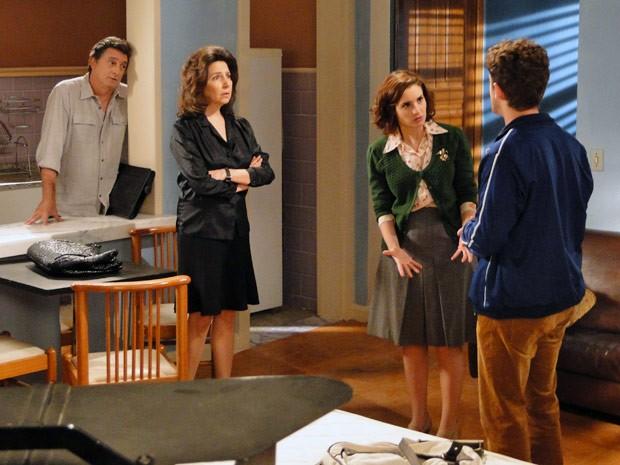 Durante gravação da novela, Clô fica chateada ao saber dos planos do filho (Foto: Malhação / TV Globo)
