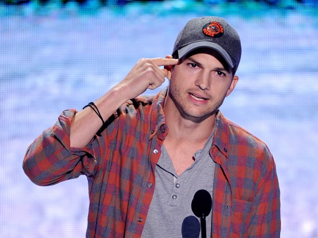 Ashton Kutcher no palco do Teen Choice Awards 2013, neste domingo (11) (Foto: Kevin Winter/Getty Images/AFP)
