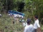 Ônibus com 34 trabalhadores cai em ribanceira na BR-101; um morre