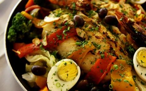 Bacalhoada portuguesa pode ser feita na brasa ou no forno
