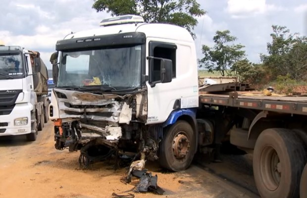 Caminhoneiro diz que tentou desviar do carro das vítimas na BR-070, em Goiás (Foto: Reprodução/ TV Anhanguera)
