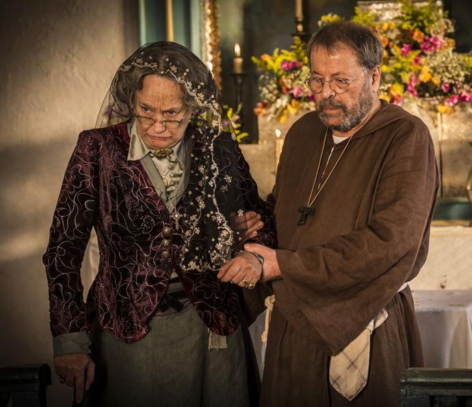 Encarnação se confessa com padre Benício (Foto: Inácio Moraes/ Gshow)