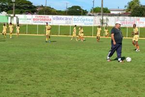 Técnico Fernando Lage no treino do Rolim de Moura (Foto: Magda Oliveira)