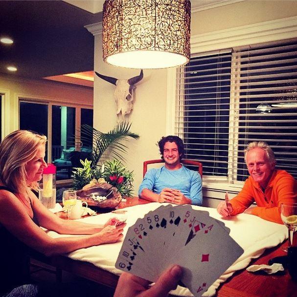 Fiorella Mattheis joga cartas com Alexandre Pato e os pais (Foto: Instagram/Reprodução)