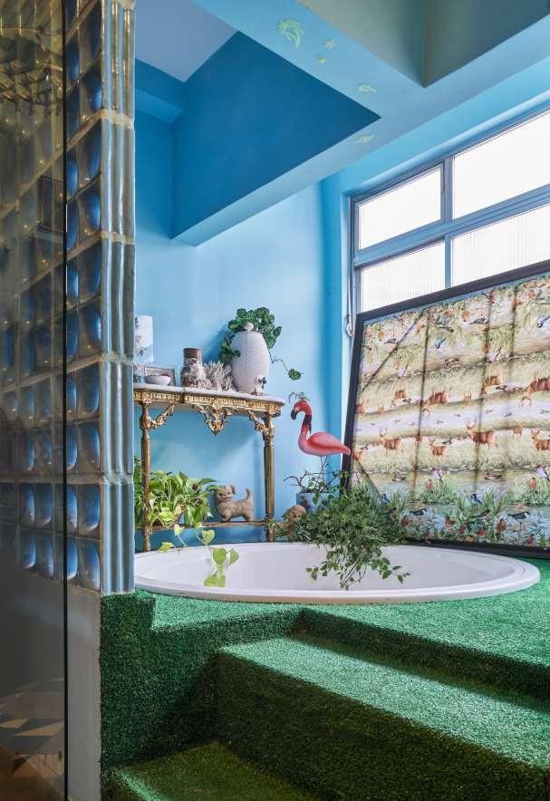 """Instalada na área de serviço, a hidro é o cômodo mais diferentão da casa. """"Meu amigo, o arquiteto Paulo Corrêa, sugeriu instalar próximo à cozinha, pra dar festinhas e facilitar na hora  de fazer os drinques"""" (Foto: Victor Affaro)"""
