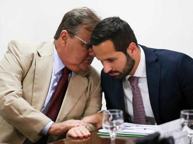 O então ministro da Secretaria de Governo Geddel Vieira Lima conversa com o então ministro da Cultura, Marcelo Calero, durante reunião para tratar dos Jogos Olímpicos Rio 2016 em Brasília, em julho de 2016 (Foto: Marcelo Camargo/Agência Brasil/Arquivo)