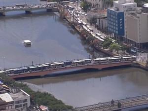 No Recife, motoristas e cobradores bloqueiam tráfego com ônibus estacionados. (Foto: Reprodução/TV Globo)