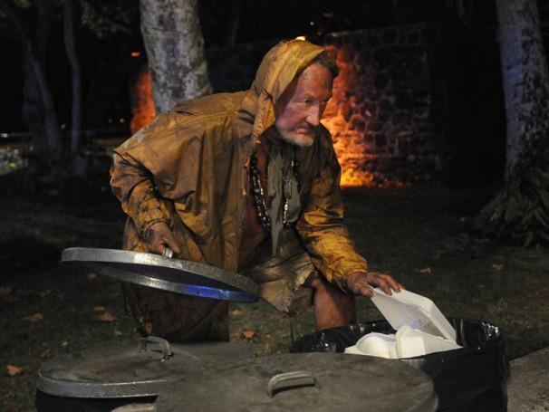 Hawaii Five-0 - O mendigo, interpretado pelo mesmo ator que fez o primeiro Freddy Krueger, lança uma maldição sobre Danny (Foto: Divulgação / CBS)