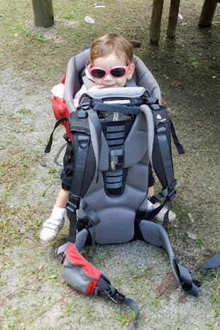 Amelie, filha de Fabiana Guimaro, na mochila (Foto: Aqruivo pessoal/Fabiana Guimaro)